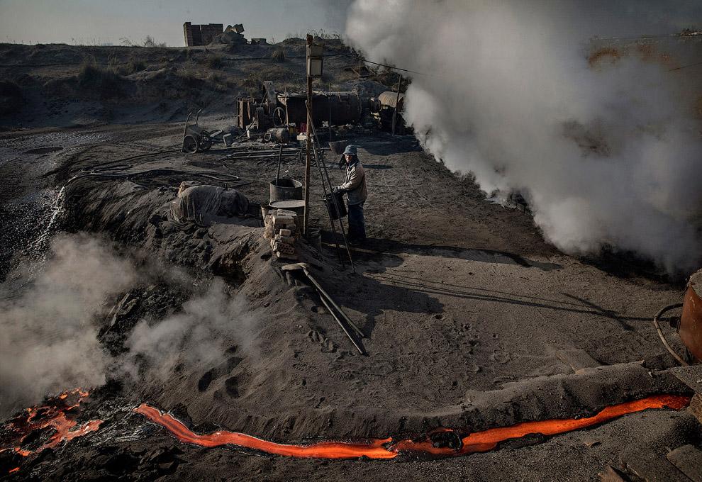 14. Расплавленную сталь разливают по формам. Днем… (Фото Kevin Frayer):