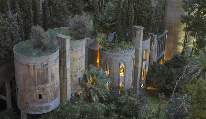 Дом испанского архитектора Рикардо Бофилла в пригороде Барселоны.