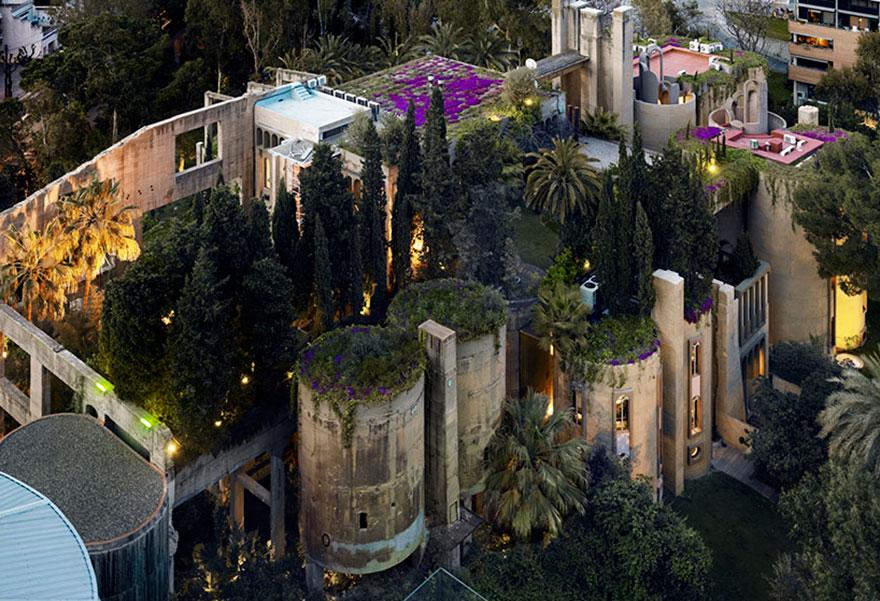 «Цементная фабрика — главным образом рабочее место», — пишет Бофилл на своем сайте.