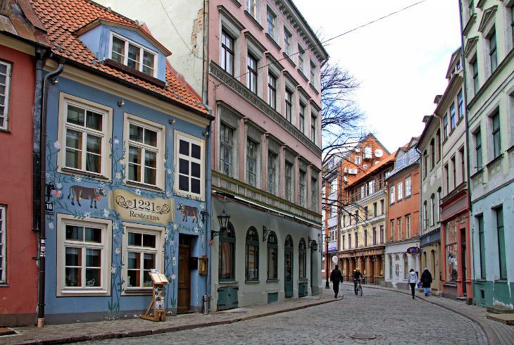 Дом номер 24 по улице Яуниела, что в Старом городе, блестяще сыграл роль Цветочного магазинчика на Б