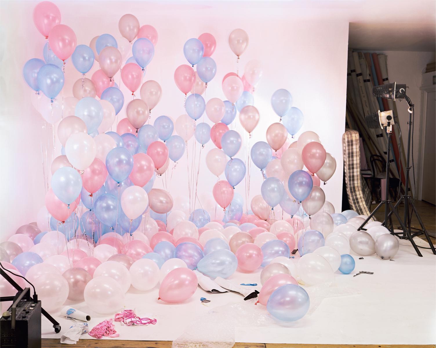Сцена с воздушными шарами. Фотограф начала делать эти снимки в 2001 году, обучаясь в Королевском кол