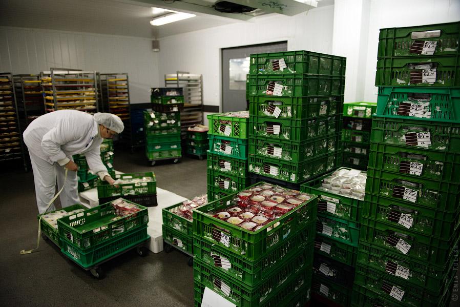 …откуда еду забирают уже для непосредственной фасовки в пайки, которые будут раздаваться в само