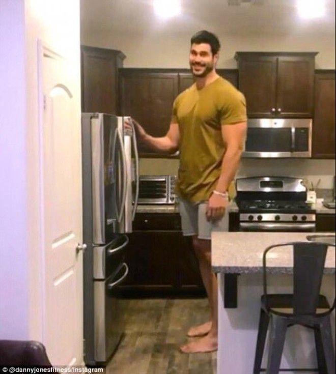 Действительно, фигура Денни производит впечатление: даже массивная кухонная утварь рядом с ним выгля