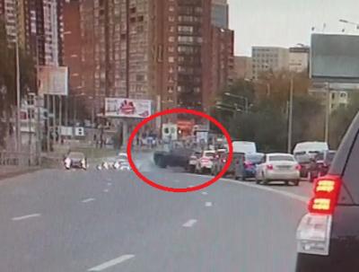 Угонщик протаранил шлагбаум ибросил вседорожный автомобиль вцентре столицы | Москва.Центр