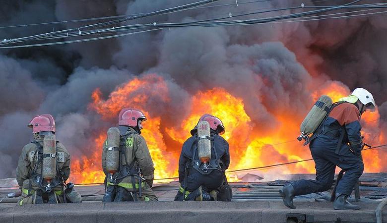 ВПетербурге 100 человек тушили пожар вквартире