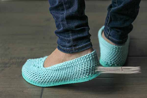 Тапочки с подошвой. Старые вьетнамки и немного пряжи. Переделки обуви на сайте МОДНАЯ ЖЕНЩИНА