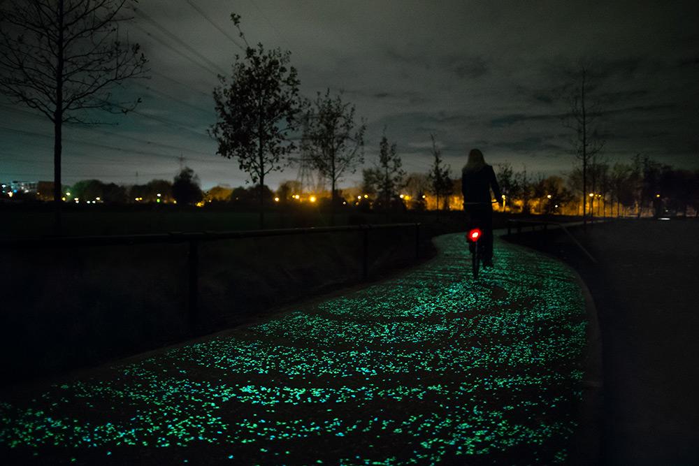 A Solar-Powered Glow-in-the-dark Bike Path by Studio Roosegaarde Inspired by Van Gogh (8 pics)