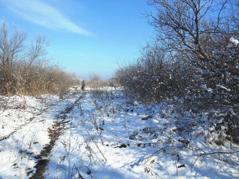 В условиях походных, в пути, с велосипедом, снег ... DSCN0340.JPG