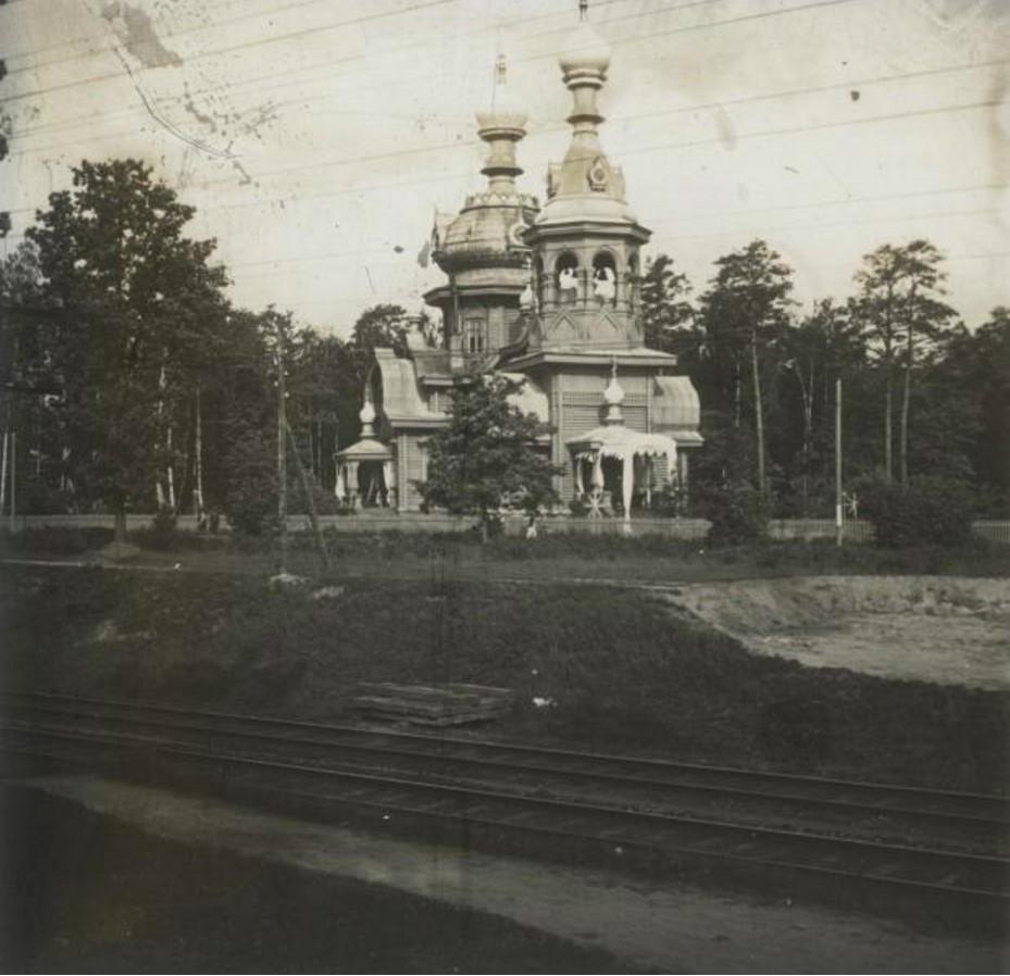 Деревянная церковь вблизи железнодорожных путей