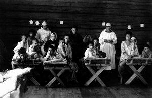 Подготовка детей к эвакуации из голодающей Челябинской губернии в Башкирию. Изолятор