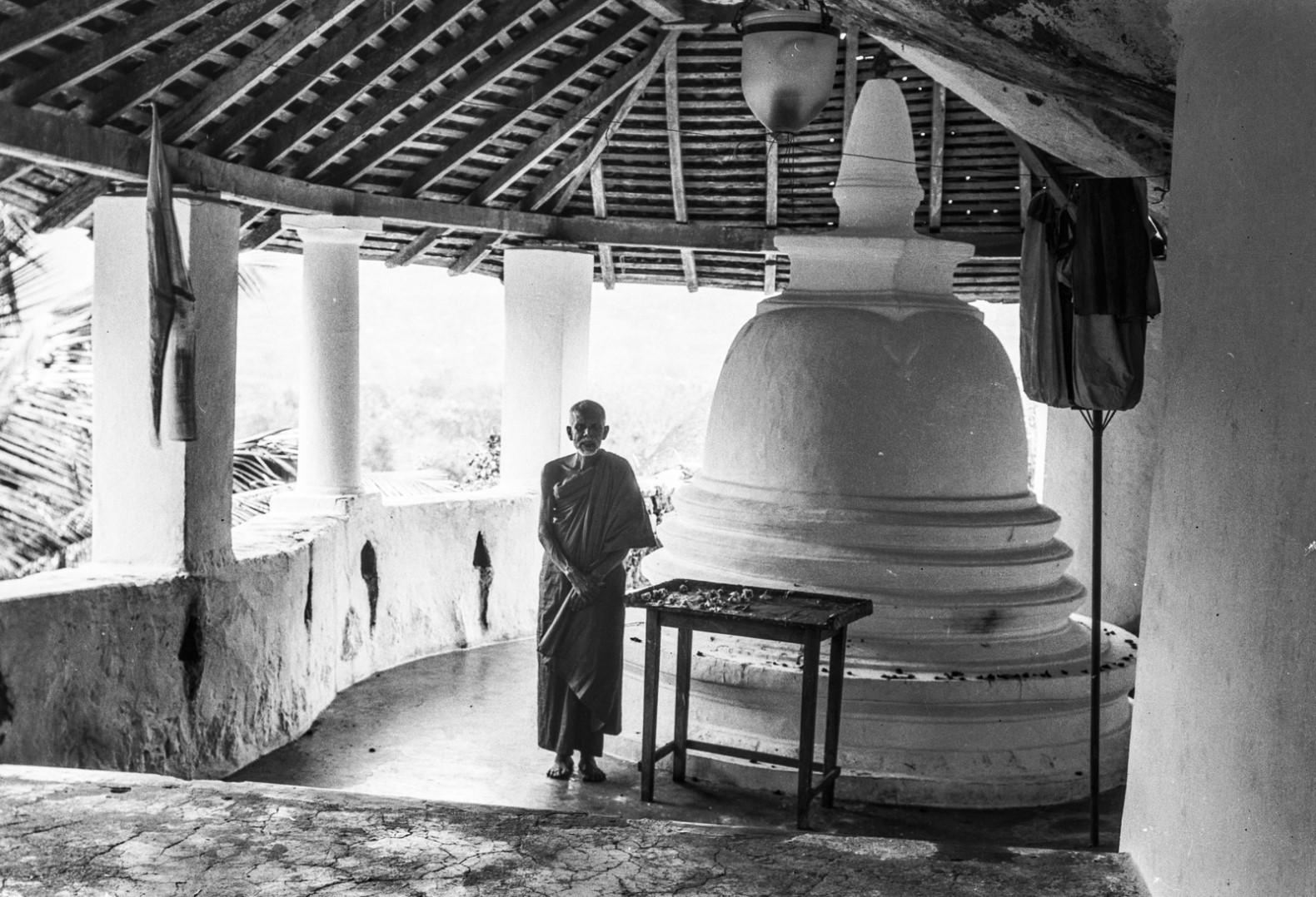 426. Буддийский монах перед ступой горного храма