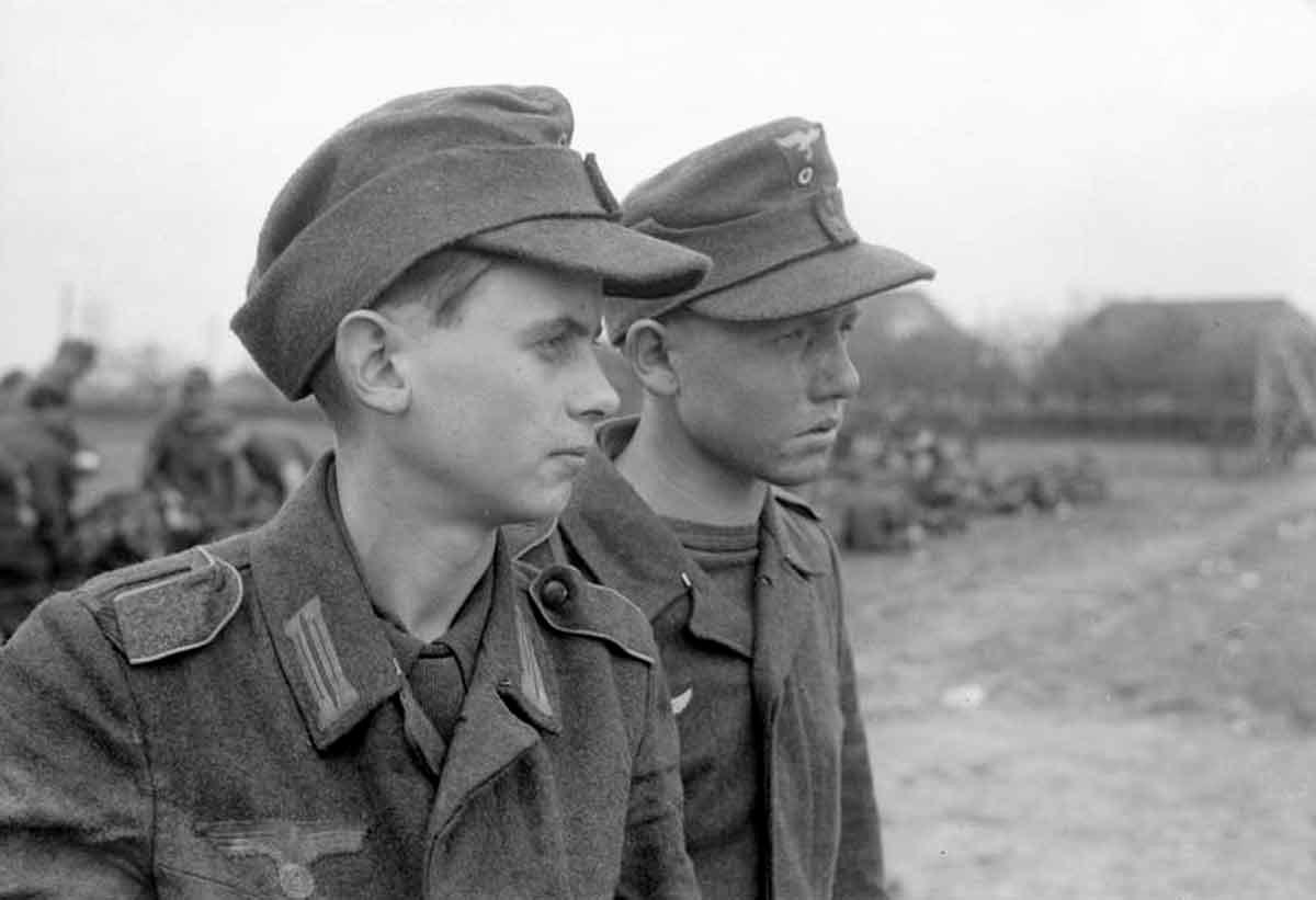 Пленные немецкие подростки из зенитных частей Люфтваффе. 1945 год.