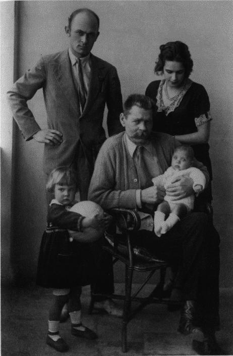 Горький с сыном, невесткой и внучками. 1929.png