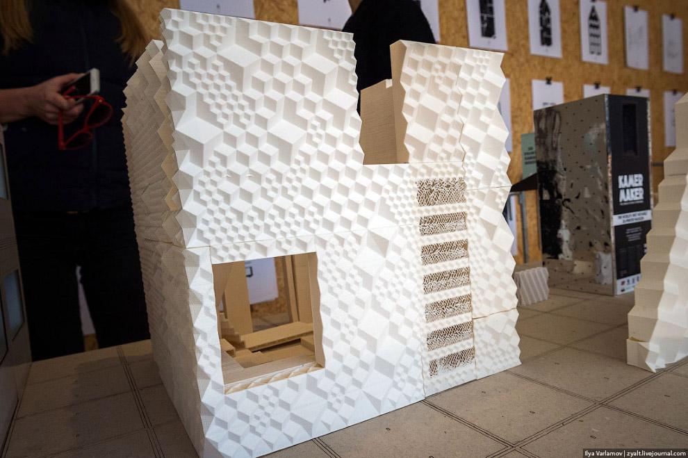 Маленький 3D-принтер, на котором печатают маленькие дома. От большого принтера он мало чем отли