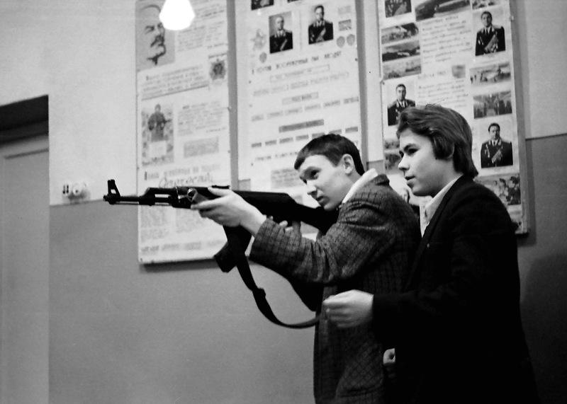 В советских школах начальную военную подготовку проходили даже девушки (11 фото)
