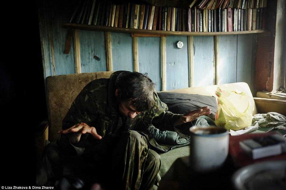 Другого человека, с которым пообщались фотографы, зовут Саша, он из деревни из Еляково. Он также охо