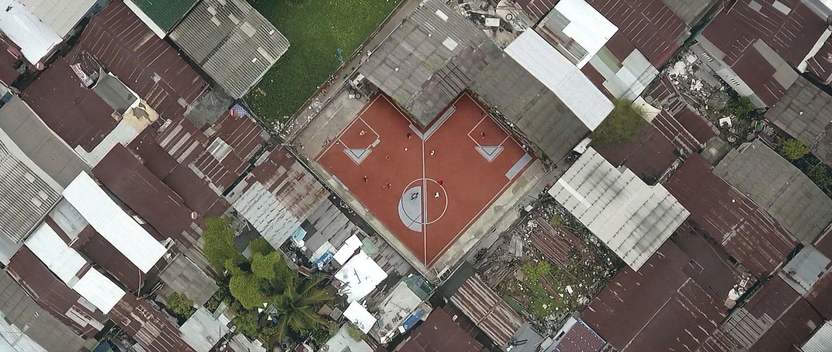 В большом городе сложно найти кусок земли в виде правильного прямоугольника, где можно устроить футб