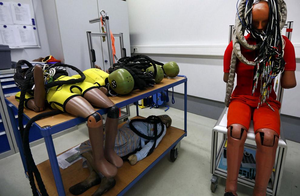 Первые тесты на безопасность выглядели весьма однообразно: две машины одной модели имитировали