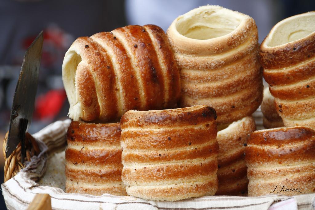 Трделники, Чехия Вы найдете эти цилиндрические булочки в уличных лавочках и магазинах во всех города