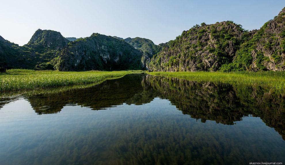8. Горные хребты, словно возведенные природой стены, окружают водную гладь заповедника Ван Лонг