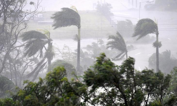 2. Циклон обрушился на северо-восточный штат Квинсленд во вторник, он был квалифицирован как шторм ч