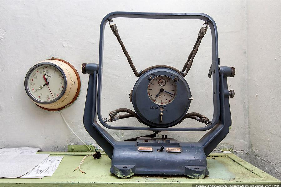 Аппарат прямой связи с главной навигационной службой и стикер с позывными: