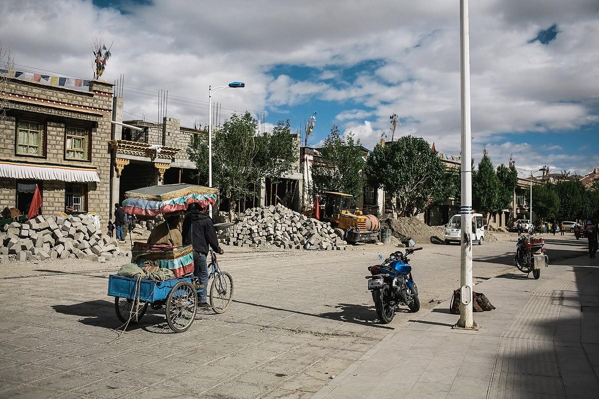 2. В Гьяндзе, как и повсюду в Тибете, тоже живут китайцы. Их дома можно довольно просто отличить от
