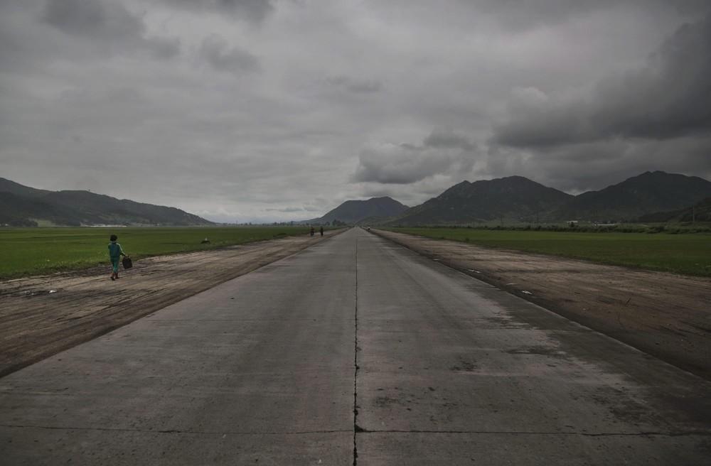 20. Женщина на шоссе к юго-востоку от Пхеньяна. (Photo by David Guttenfelder / AP Photo)