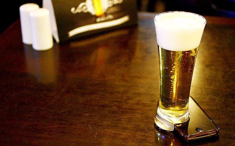2. В бразильском баре против смартфонов используют специальные стаканы Хуже «SMS-аварий» могут быть