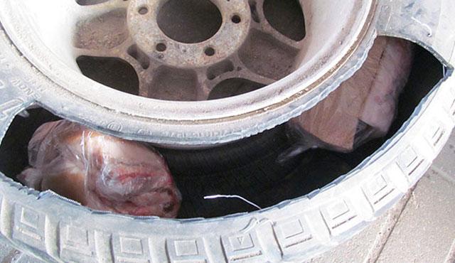 Сало имясную продукцию обнаружили таможенники в«запаске» автомобиля