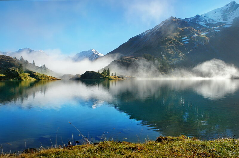Озеро дышит теплым туманом