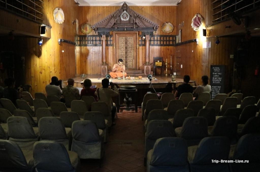 Самое начало представления Катхакали