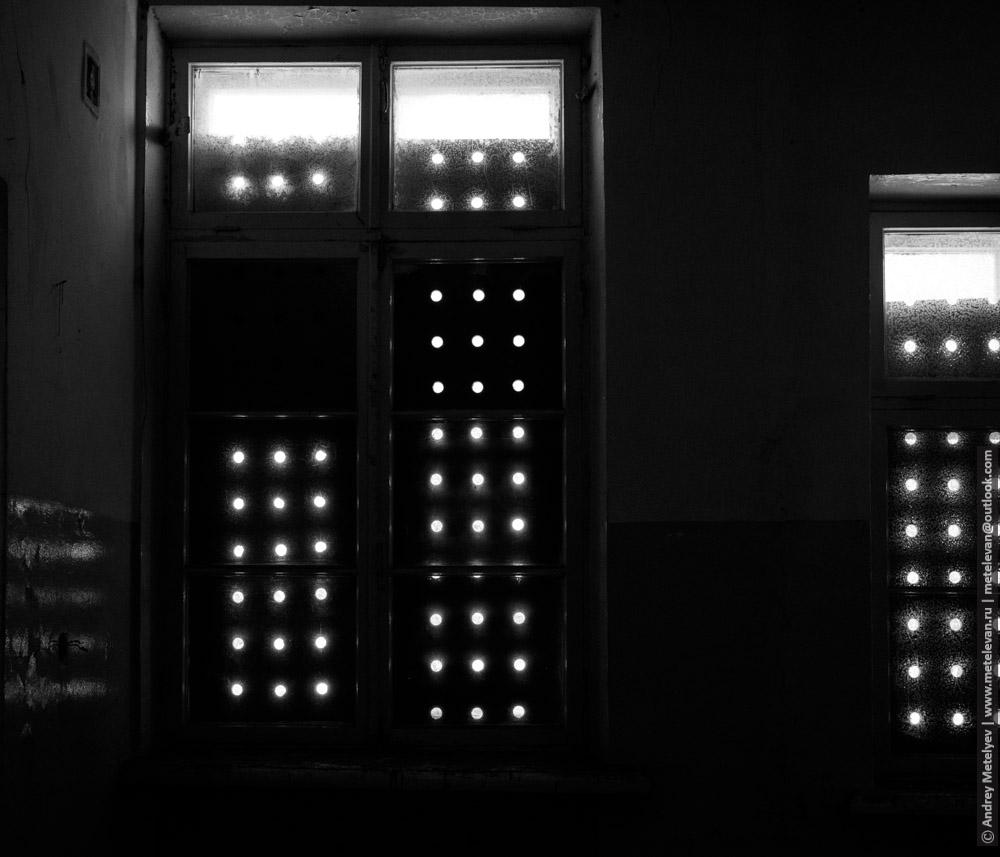 свет сквозь дыры проникает внутрь помещения
