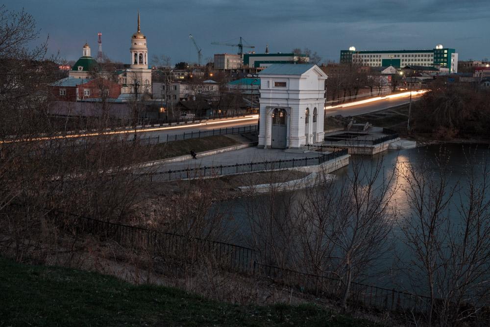 Плотина на реке Каменка, вечер, свет от фар на дороге