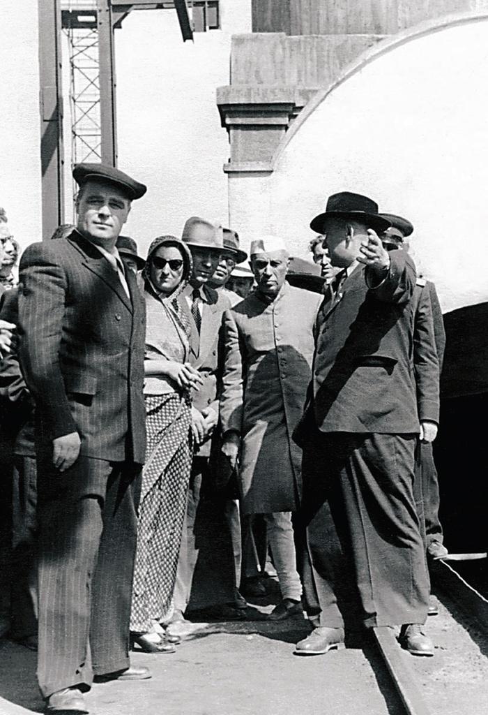 Магнитогорск. Индийская делегация на ММК. Жители Магнитогорска приветствуют Джавахарлал Неру и его дочь Индира Ганди (1955)