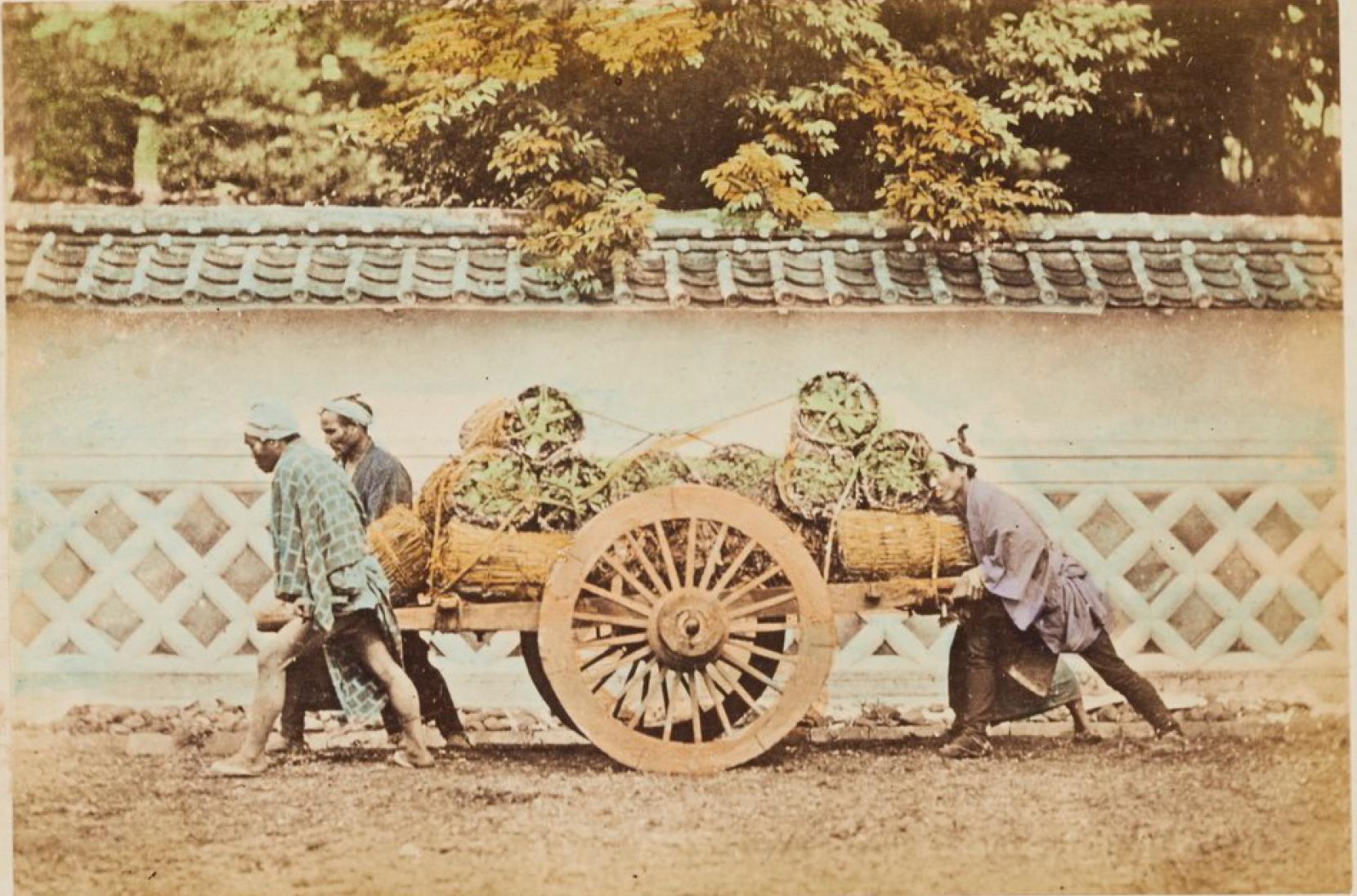 Трое мужчин толкают телегу