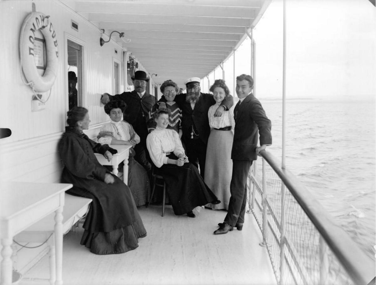 1908. Пассажиры парохода «Ломоносов» на верхней палубе. Астрахань