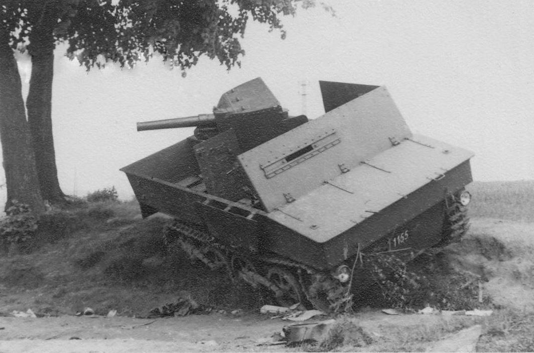 Брошенная бельгийская 47-мм САУ Char leger T13B1. 1940 год.