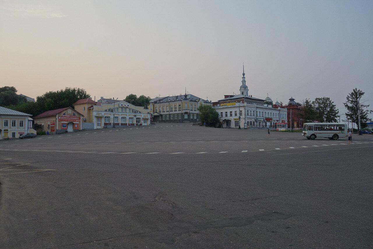 Базарная площадь Революции