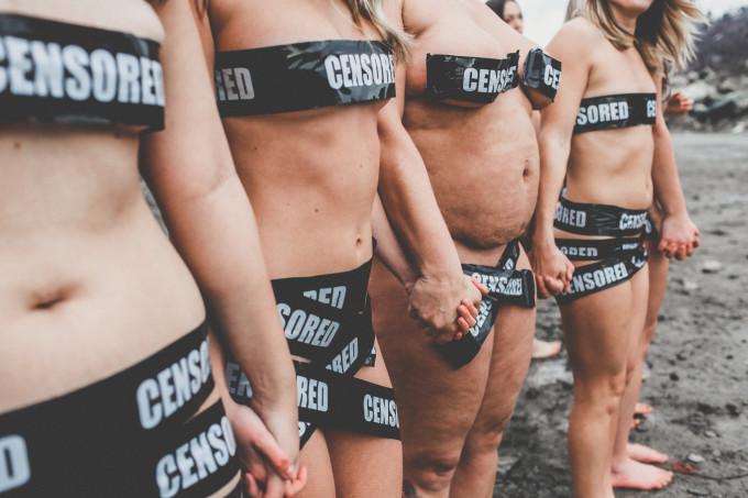 Тридцать женщин разделись в знак протеста против правил Facebook
