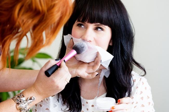 © abeautifulmess  Для увеличения стойкости цвета помады накрасьте губы, азатем припудрите их