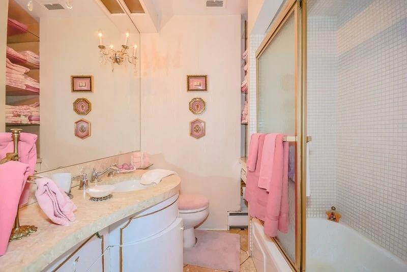 11. Семейная ванная комната Страсть к розовому цвету проявилась и здесь. Гармонично сочетаясь с мато
