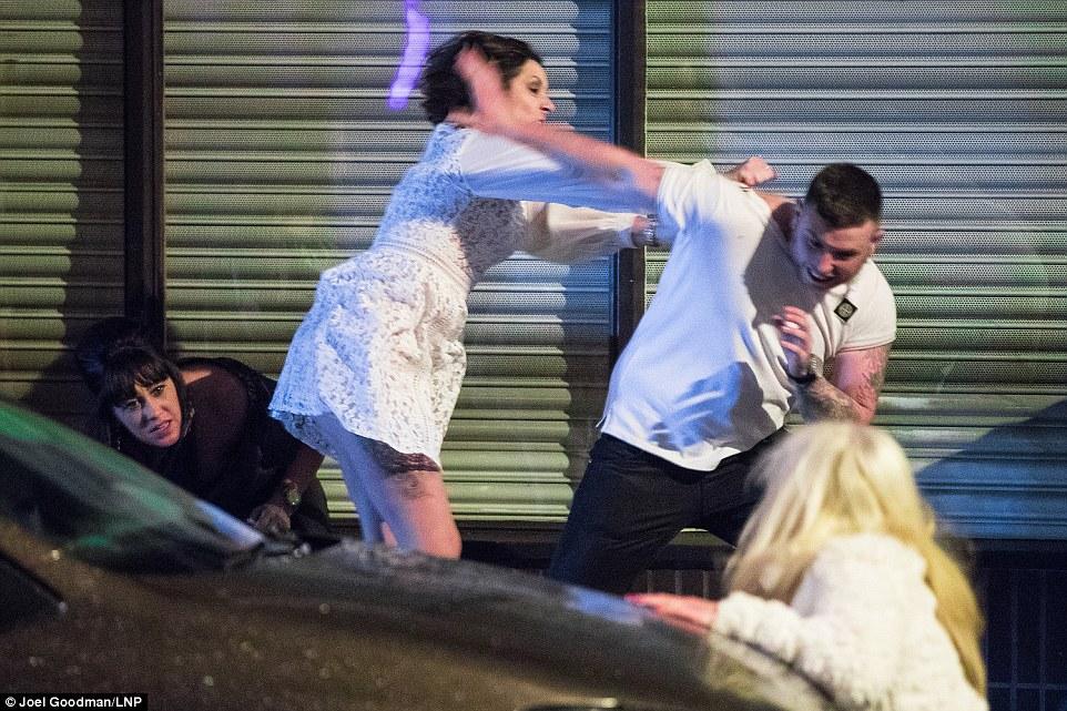 Женщина в гневе, Манчестер.