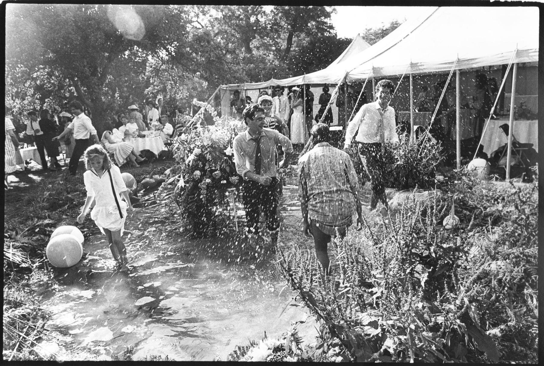 Танцы в пруду на свадьбе Ари Кэмпбелл-Макнаир-Уилсон и Ника Эшли, Хэмпшир, 1984 год. Вот что происхо