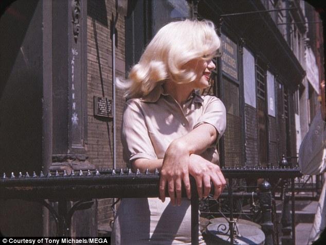 Фотографии сделала Фрида Халл, состоявшая в «Шестерке Мэрилин» — так называли самых преданных фанато