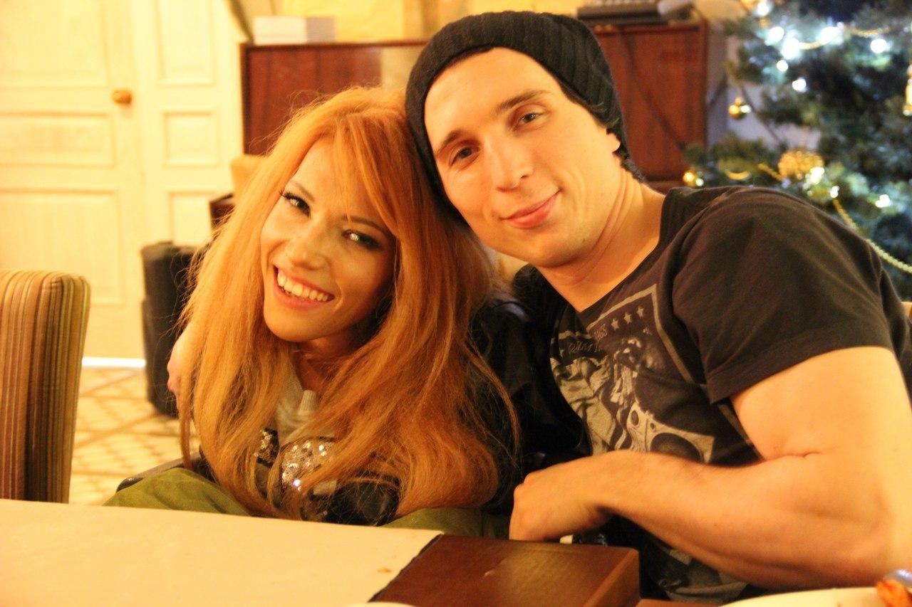 Юлия замужем. Ее муж Алексей помогает ей организовывать концерты и писать песни. Влюбленные познаком