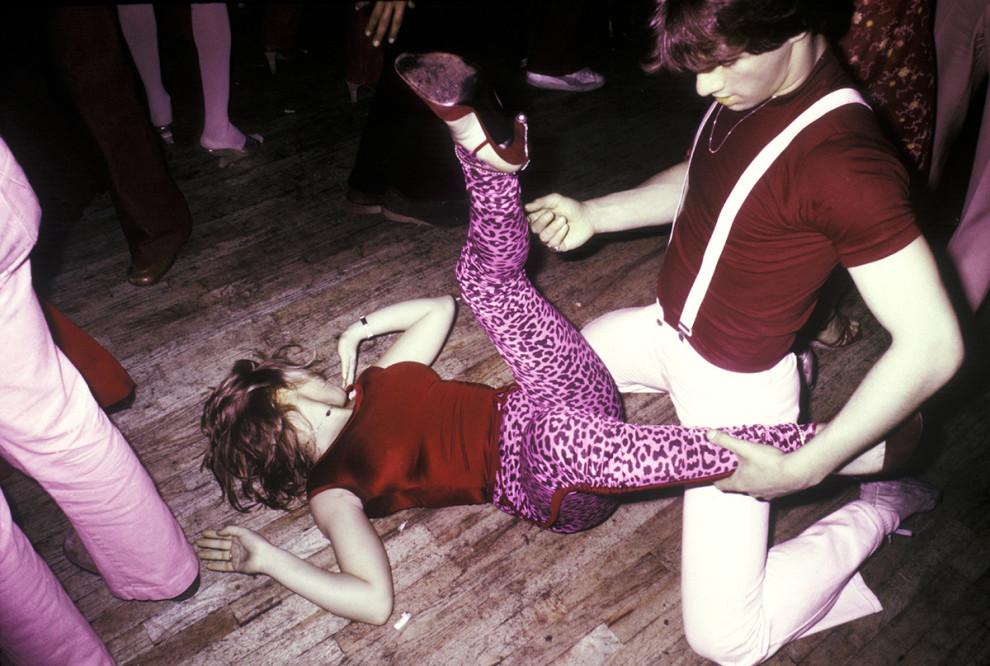 Пара изображает грязные танцы на танцполе клуба FunHouse в Нью-Йорке, 1978 год.