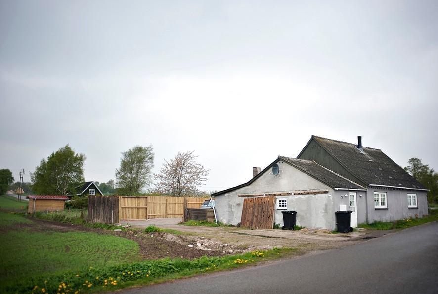 6. Бонни снимает в соседней деревне небольшой дом и работает там с 9 до 16 часов. После этого она за