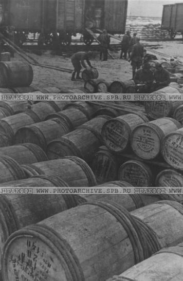 Разгрузка составов с продовольствием в порту Кобона. 1941-1943.