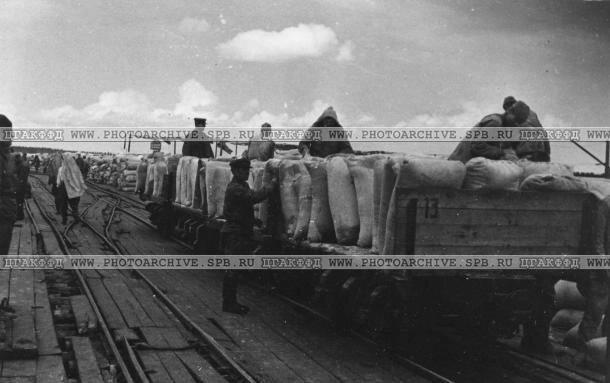 Погрузка вагонетки на пристани порта Осиновец. Июль 1942 г.